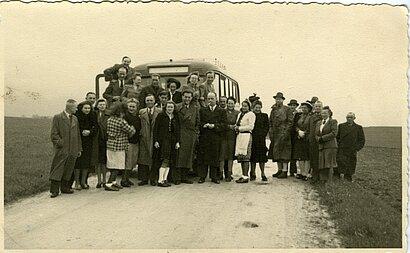 Foto der Belegschaft der Tötungsanstalt Hartheim vor einem der Transportbusse - während eines gemeinsamen Ausflugs