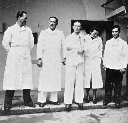 Ein Foto von Mitarbeitern der Tötungsanstalt Hartheim