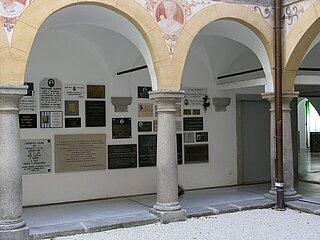 Gedenktafeln und Friedhof